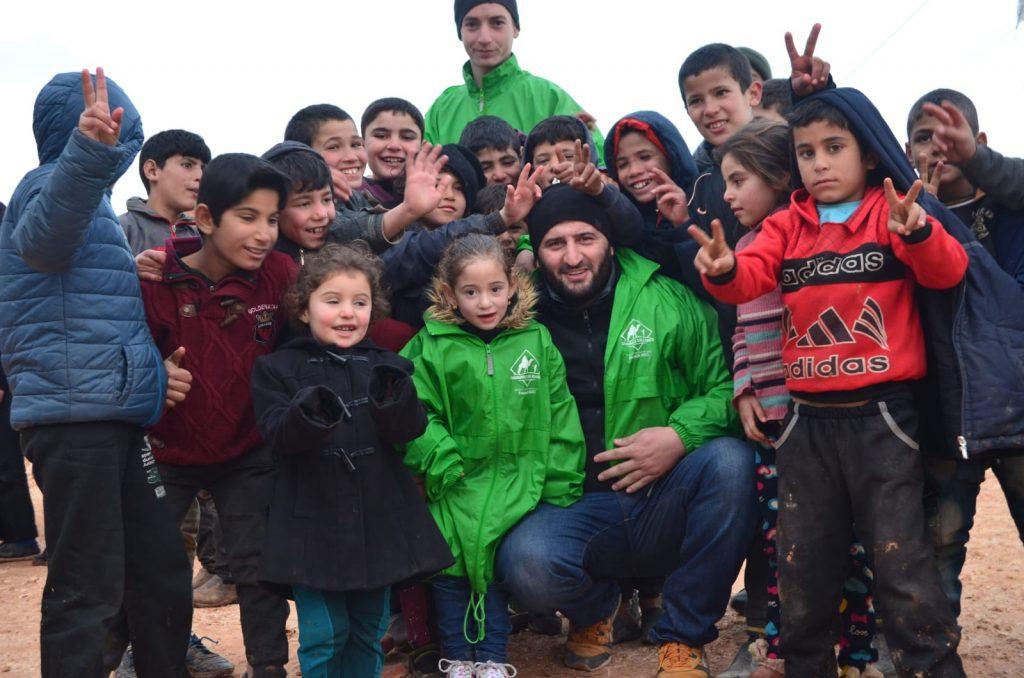 Bénévoles de Caravanes Solidaires avec des enfants syrien