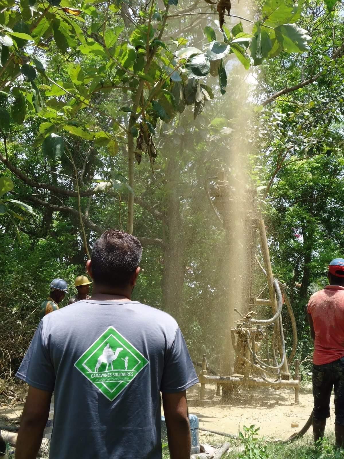 Des bénévoles de l'association Caravanes Solidaires construisant un puit au Sri-Lanka