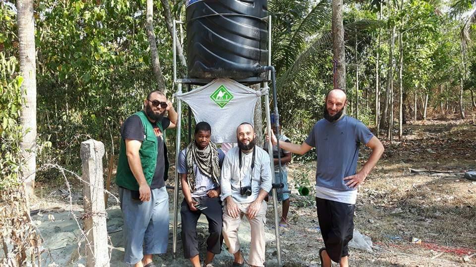 Des bénévoles de l'association caravanes solidaires creusant au Sri-Lanka travaille à la construction d'un puit