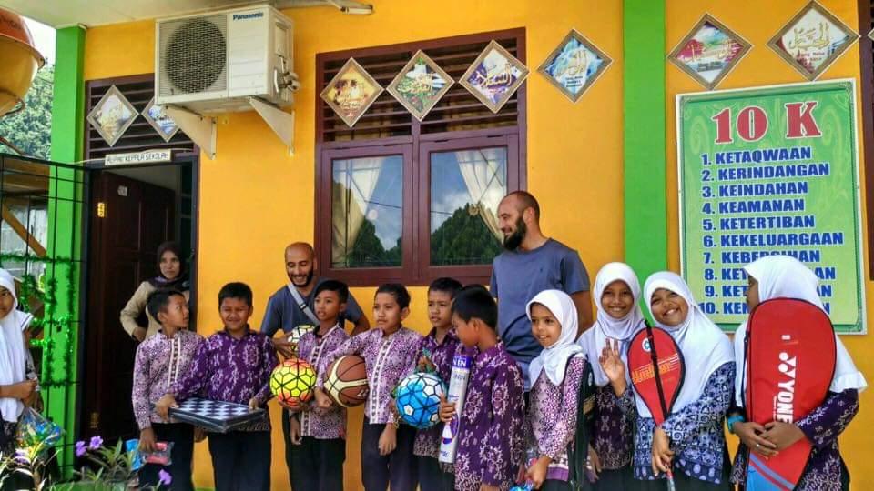 Des écoliers Indonésiens posant avec du matériel sportif - Caravanes Solidaires