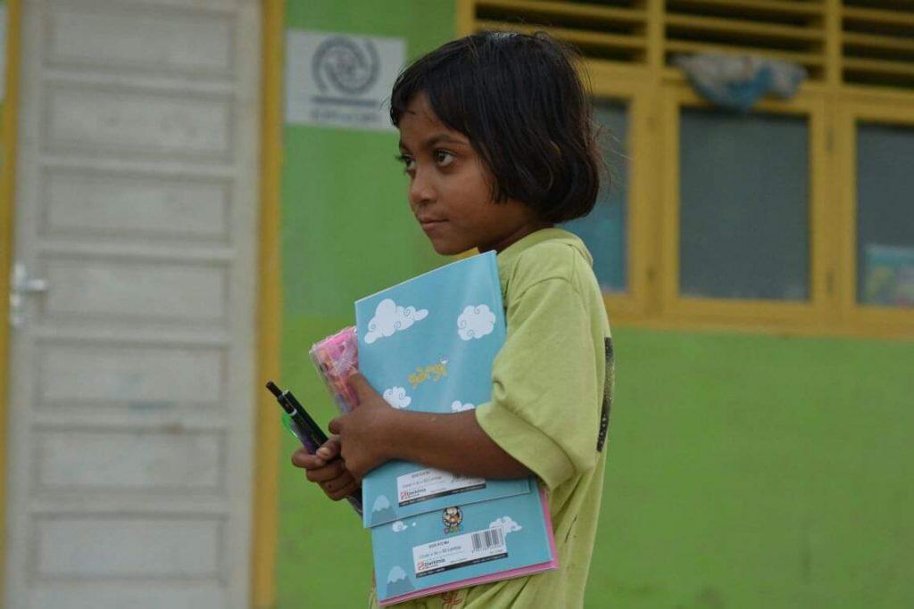 Fillettes Indonésienne ayant reçu des fournitures scolaires