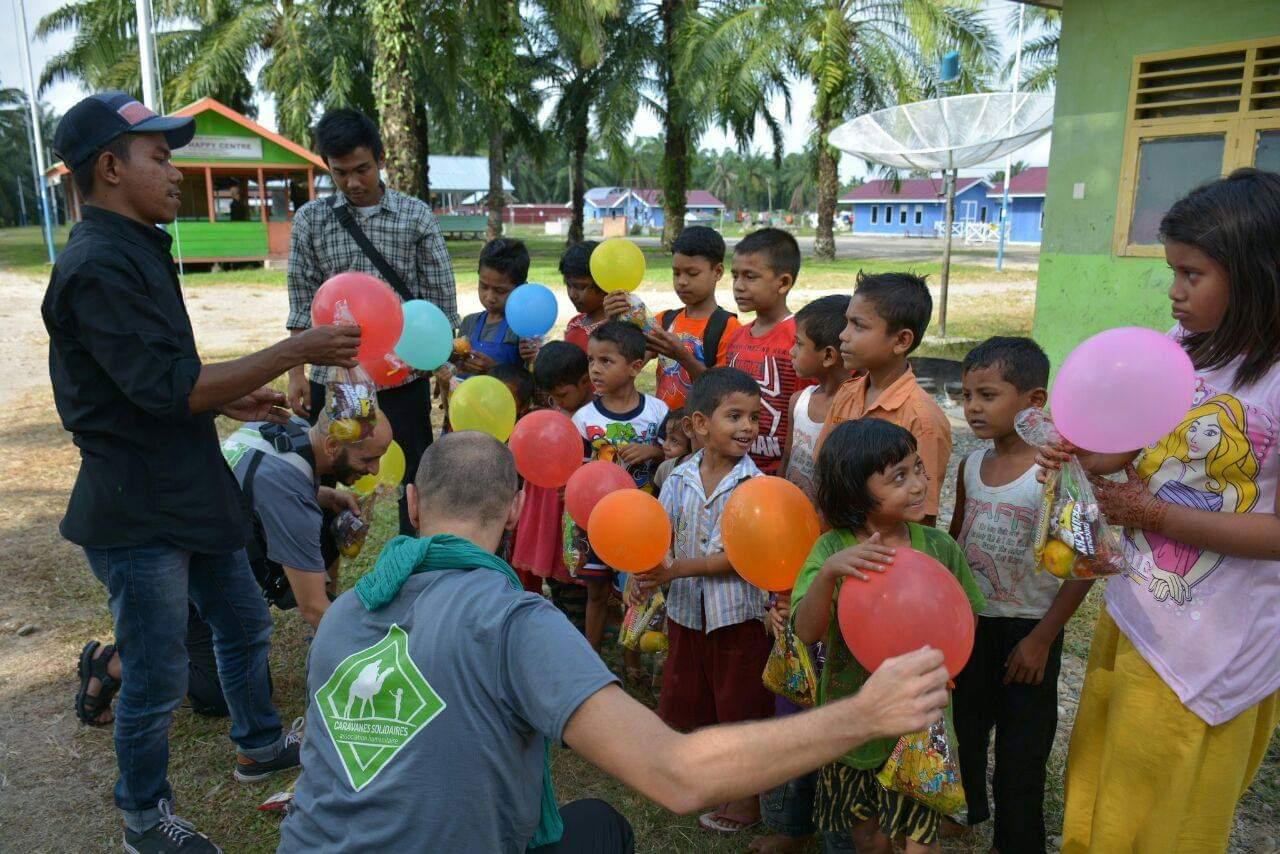 Des bénévoles de l'association caravanes solidaires avec des écoliers en Indonésie
