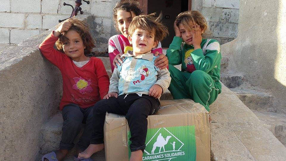 enfants syriens lors d'une action de l'association caravanes solidaires