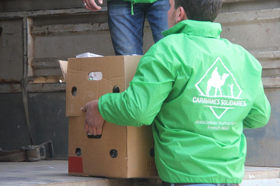 bénévole de l'association caravanes solidaires livrant du matériel médical en Syrie