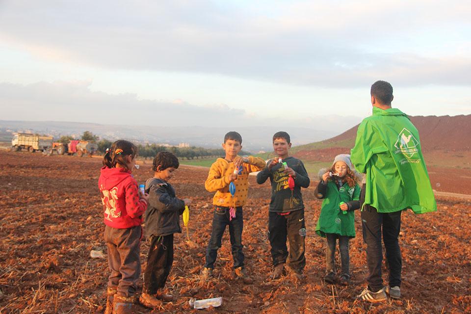 bénévole de l'association caravanes solidaires jouant avec des enfants
