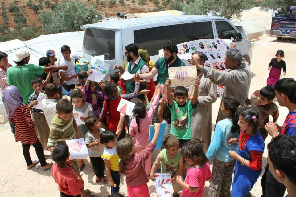enfants syriens avec des bénévoles de l'association caravanes solidaires