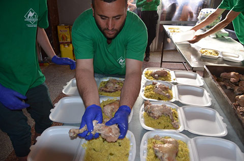 Un bénévoles de Caravanes Solidaires préparant des repas en Syrie